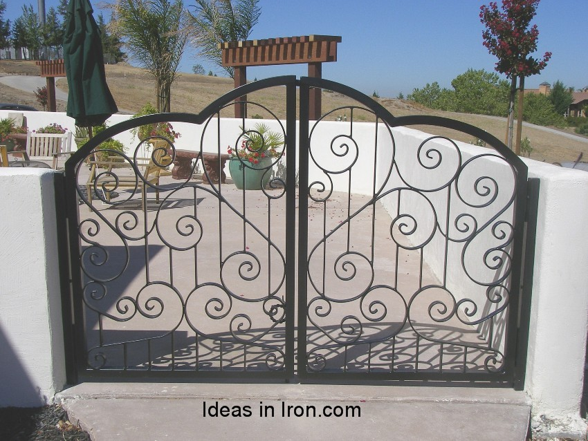 enclosed into the gate : yard door - Pezcame.Com